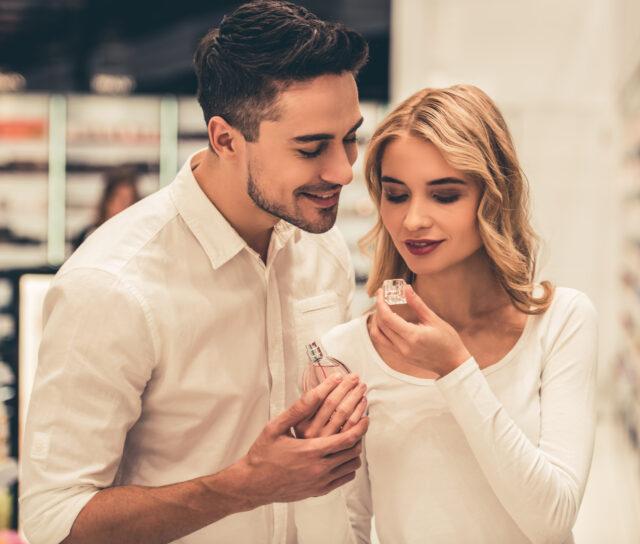 Piękna młoda para wąchająca perfumy