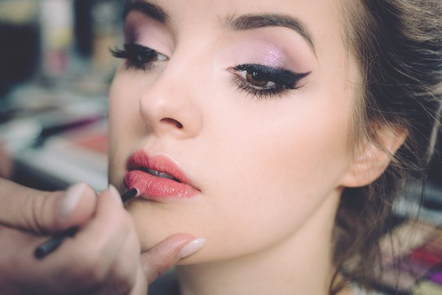Makijaż do zdjęć – czym się różni od makijażu na co dzień?
